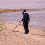 mand med spadeog metaldetektor paa stranden 150x150
