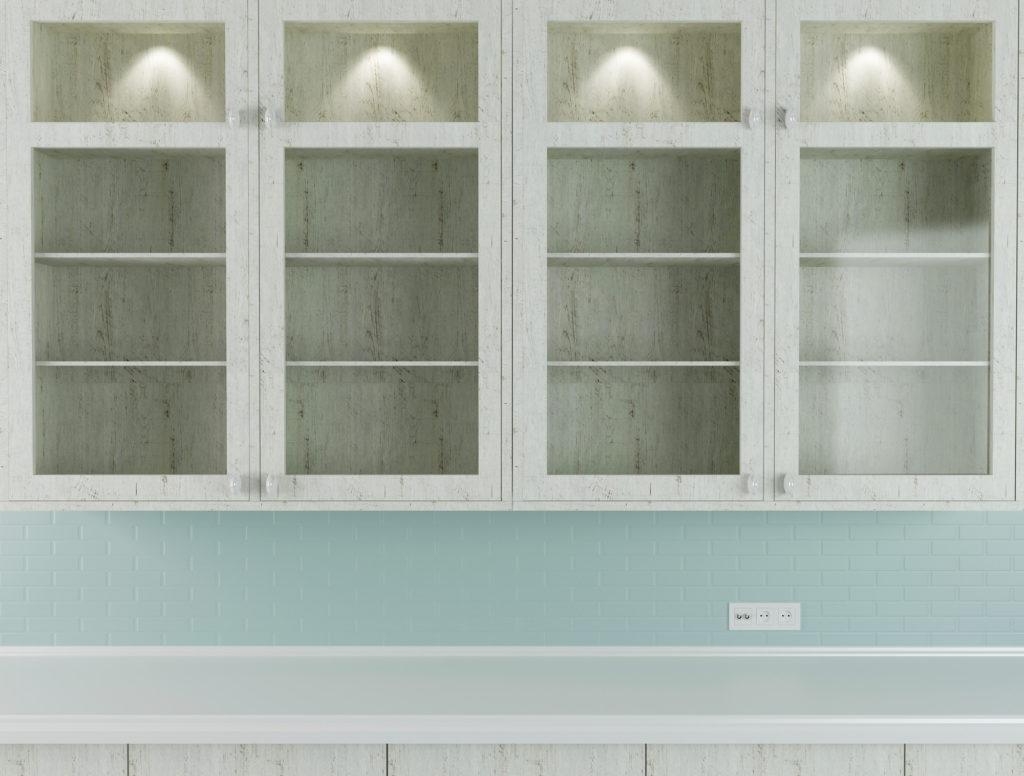 vaeghaengt vitrineskab med indbygget belysning 1024x776